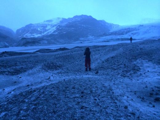 Ασπρόμαυρο τοπίο προχωρώντας προς τον παγετώνα