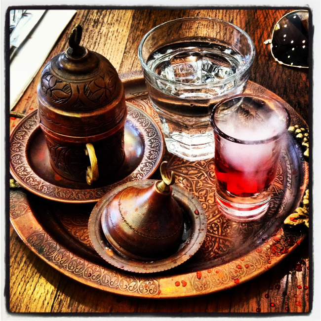 Τούρκικος καφές με λουκουμάκι και το περιβόητο κοκκινωπό υγρό!