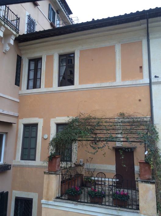 Δεν είναι υπέροχο αυτό το σπίτι και το μπαλκόνι;!